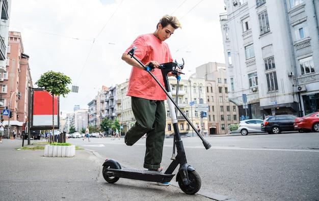 Uomo disabile che guida uno scooter elettrico in città