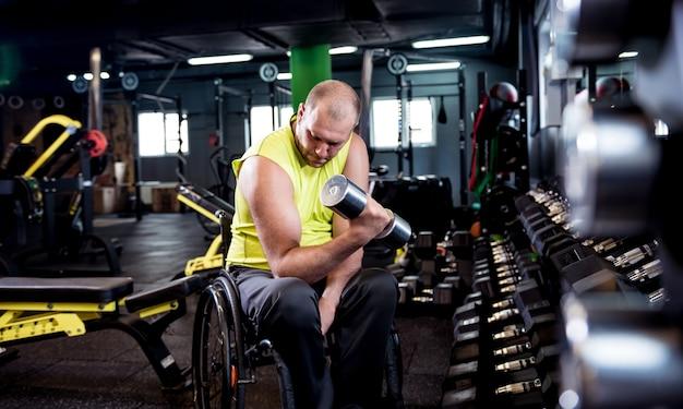 Uomo disabile formazione nella palestra del centro di riabilitazione