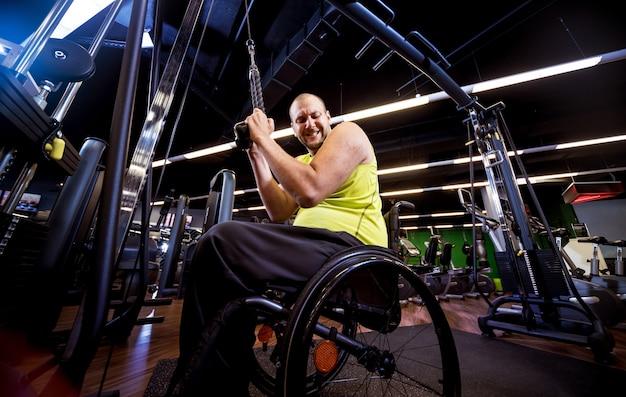 Uomo disabile allenamento in palestra
