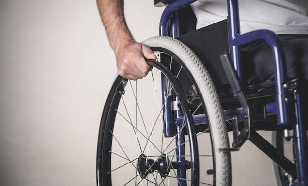 Uomo disabile in sedia a rotelle in casa.