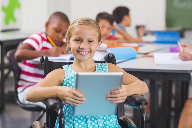Scolara disabile che per mezzo della compressa digitale