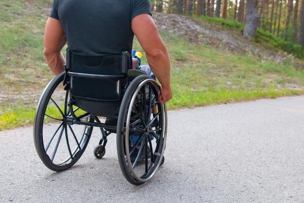 Uomo di sport disabili su una sedia a rotelle in un parco