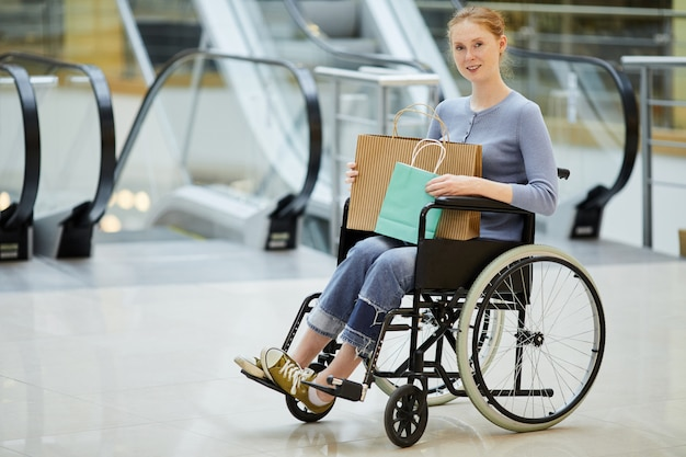 Donna disabile che fa spesa