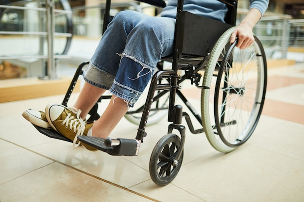 Donna disabile in sedia a rotelle