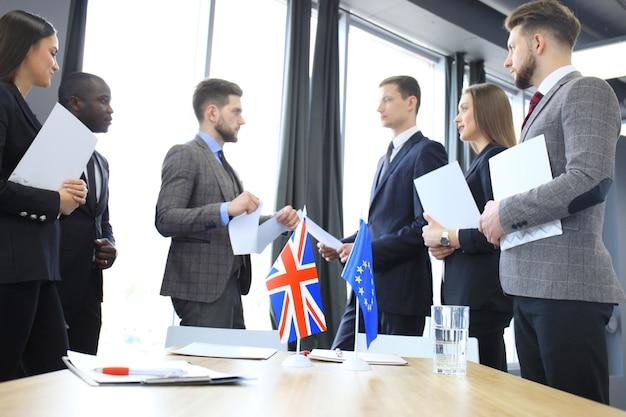 Disaccordi tra i vertici dell'unione europea e della gran bretagna durante l'incontro. brexit