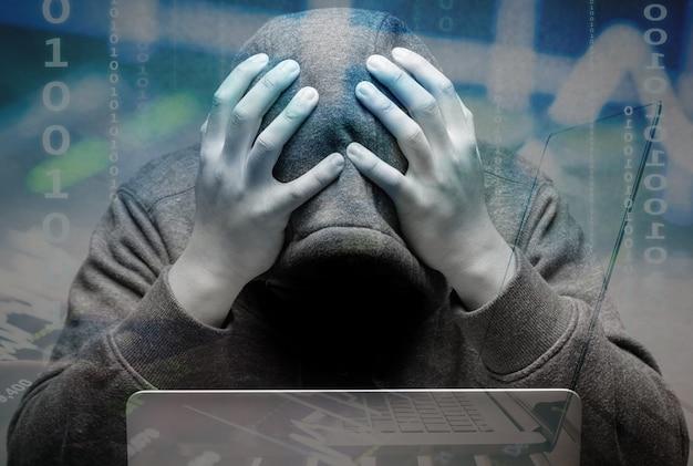 Hacker deluso con il taccuino del computer