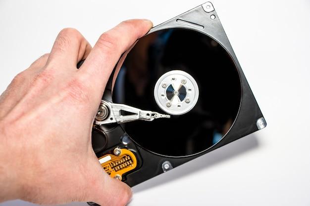 Disco rigido smontato dal computer, hdd con effetto specchio. disco rigido aperto dall'hdd del computer con effetti a specchio. parte del computer pc, laptop