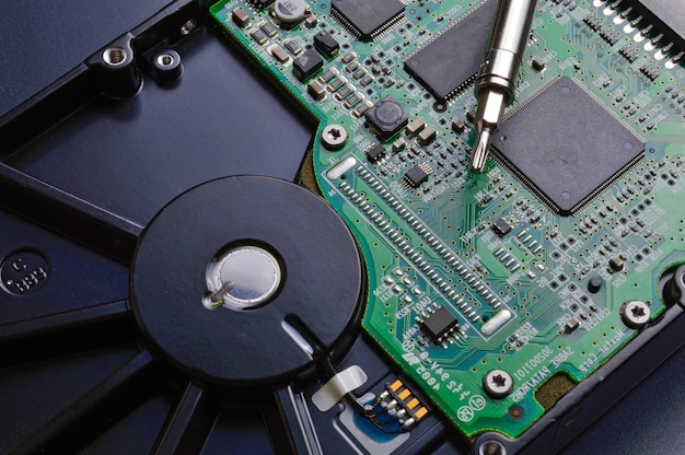 Smontaggio del disco rigido con un cacciavite e riparazione