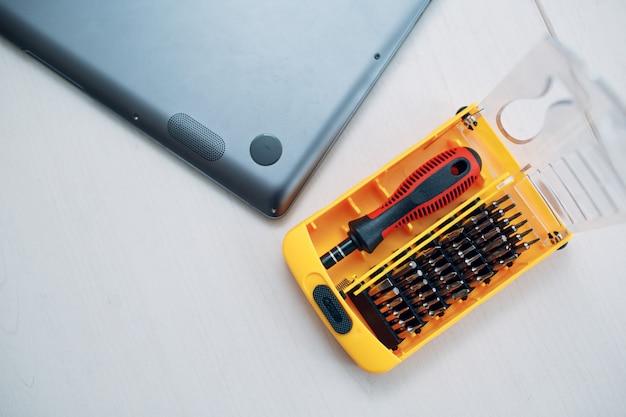Smontare e riparare laptop e cacciaviti