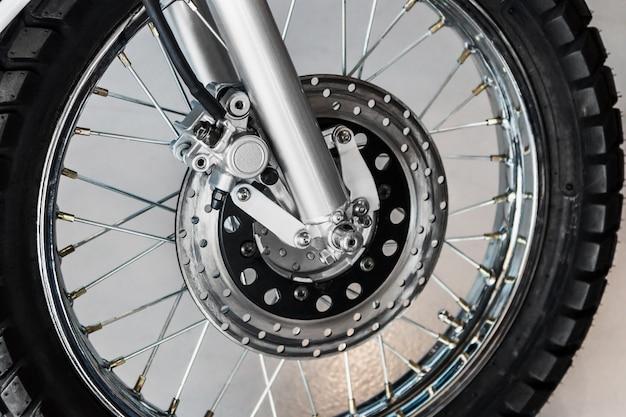 Sistema di freno a disco sulla ruota di una motocicletta