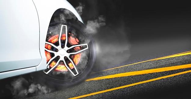 I freni a disco bruciano con l'alta temperatura e il fumo delle auto da corsa in pista di notte