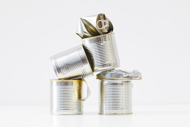 Lattine di metallo scartate isolate su bianco, raccolta differenziata e concetto di riciclaggio