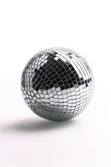 Palla da discoteca isolata su bianco
