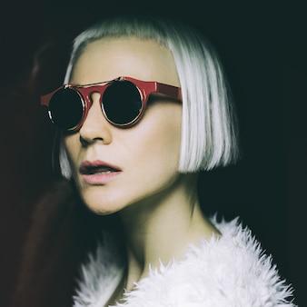 Strade notturne della discoteca diva. occhiali da sole alla moda. fashion style.