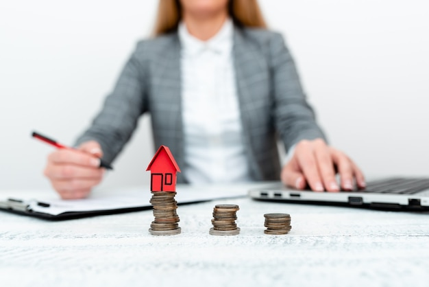 Discutere i piani di finanziamento della casa, spiegare i mutui per i prestiti immobiliari, confrontare i termini di pagamento del prestito, idee sull'assicurazione della proprietà, strategia di investimento a lungo termine