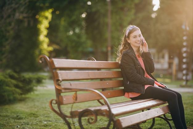 Discutere idee per i fine settimana durante la pausa di lavoro seduti all'aperto sulla panchina della città.