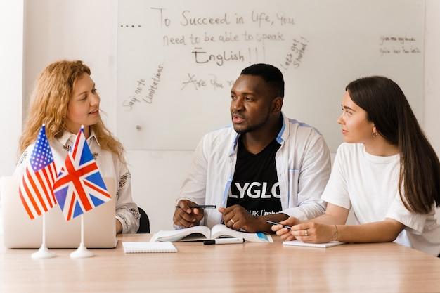 Discutere della pressione sociale e della disuguaglianza razziale in un gruppo multinazionale di bianchi e neri