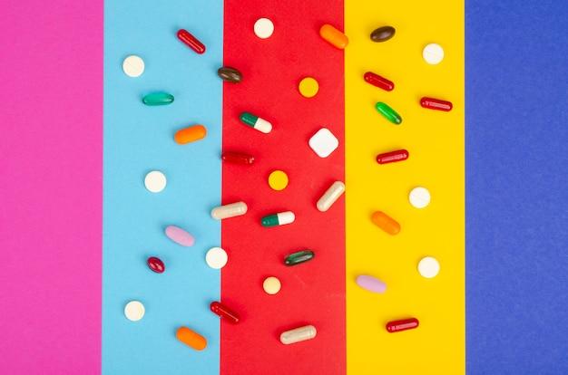 Malattia e trattamento. concetto di medicina. farmaci e imballaggi su sfondo luminoso. foto di studio