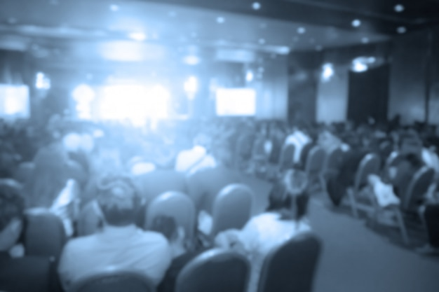 Disfocus degli altoparlanti sul palco sotto il colore pieno di downlight
