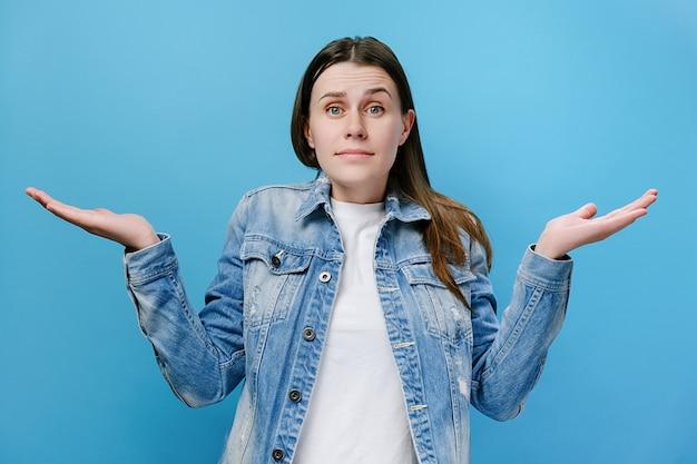 Donna infastidita confusa scontenta che alza le mani