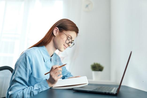 Donna scontenta davanti al laptop sconvolto dalla fatica del lavoro