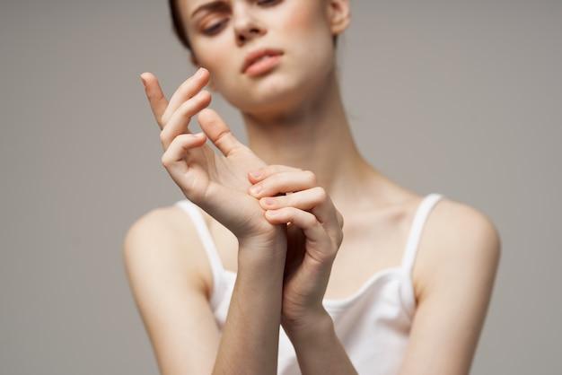 Donna scontenta che si aggrappa al braccio problemi di salute trattamento in studio congiunto
