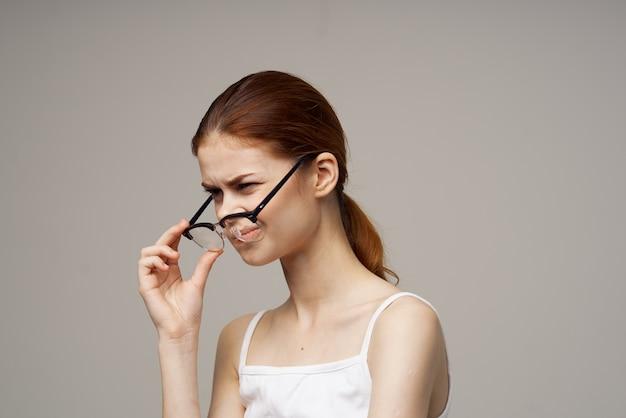 Donna scontenta problemi di vista con problemi di salute sfondo chiaro negativo