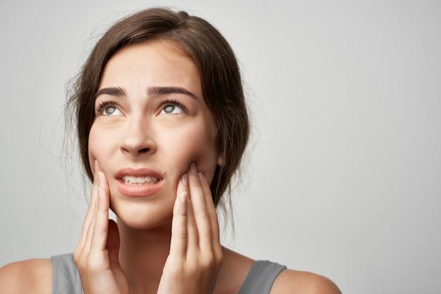 Donna scontenta con problemi di salute di dolore dentale odontoiatria. foto di alta qualità