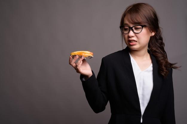 Disgustato cercando asiatica imprenditrice azienda hot dog