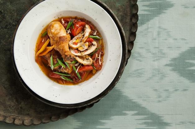 Un piatto di pollo su un vecchio vassoio antico