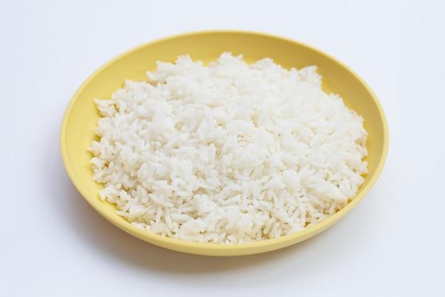 Piatto di riso su sfondo bianco.