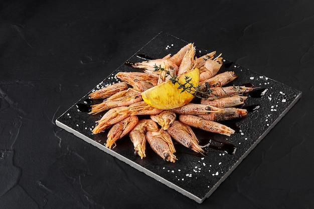 Piatto con deliziosi gamberi alla griglia sul tavolo