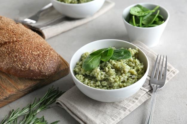 Piatto con delizioso risotto agli spinaci sul tavolo