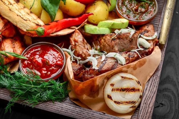 Piatto con carne alla griglia set di manzo, maiale, pollo, salsicce e verdure