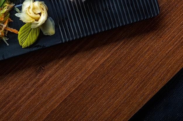 Piatti per il cibo giapponese con rafano e wasabi. concetto di cibo asiatico. vista dall'alto con copia spazio.