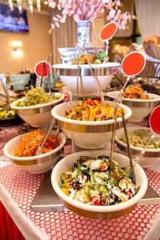 Piatti del ristorante sul tavolo nel pranzo di lavoro.