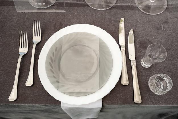 Piatti sul tavolo nuziale, arredamento del tavolo da pranzo per le vacanze.