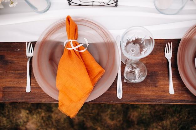 Piatti sul tavolo nuziale, decorazioni del tavolo da pranzo per le vacanze.
