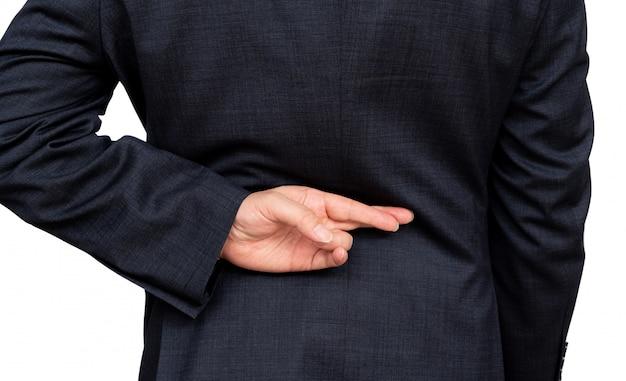 Uomo d'affari disonesto che dice bugie, imprenditore maschio bugiardo che tiene le dita incrociate dietro la schiena.