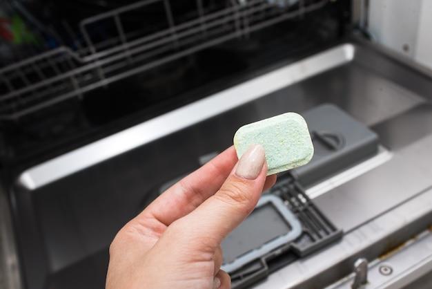 Tavoletta per lavastoviglie. pulizia della cucina. lavare i piatti in lavastoviglie
