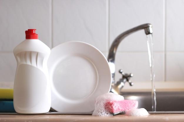 Primo piano del detersivo per piatti all'interno della cucina
