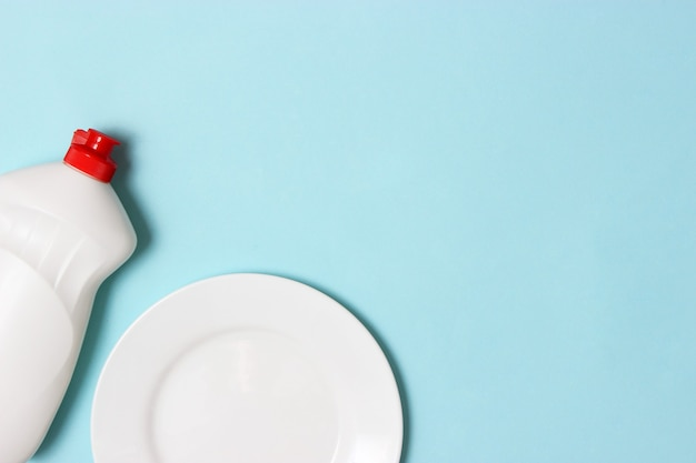 Primo piano liquido per piatti su uno sfondo colorato. foto di alta qualità