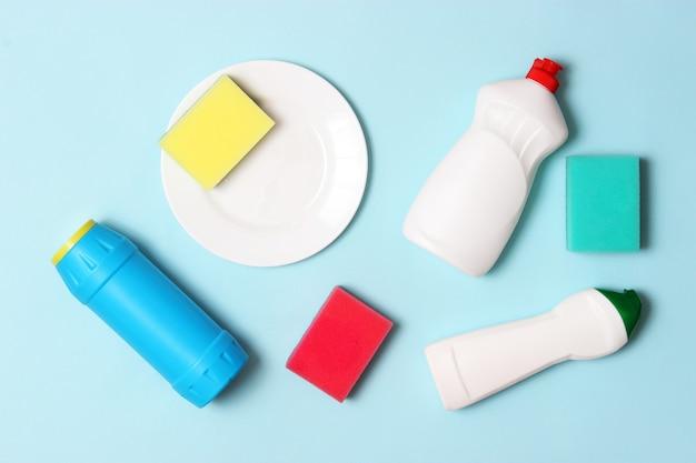 Primo piano del liquido per piatti su uno sfondo colorato