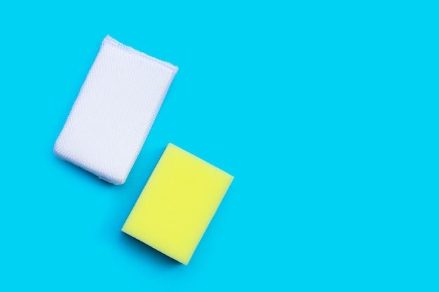 Spugne per piatti su sfondo blu. vista dall'alto