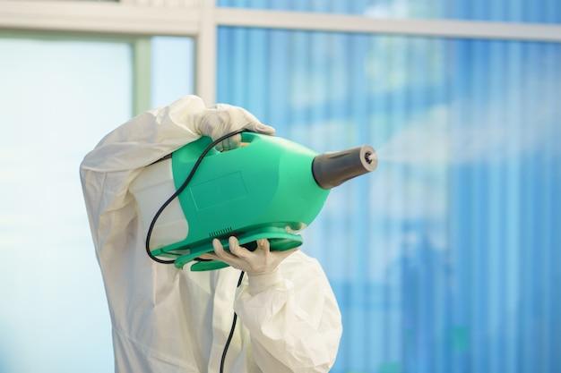 Spruzzatori e germi disinfettanti che aderiscono agli oggetti sulla superficie. prevenire l'infezione covid 19 virus