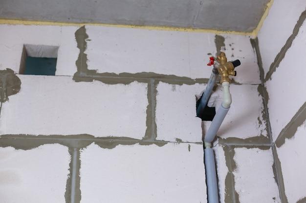 Smontaggio e sostituzione di vecchi tubi di fognatura usurati in un appartamento di un edificio residenziale a più piani. un'istantanea della toilette, la toilette è stata smontata. colonna montante della fogna rimossa.