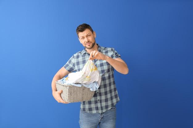 Uomo scontento con vestiti sporchi
