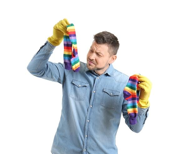 Uomo dispiaciuto con calzini sporchi su bianco