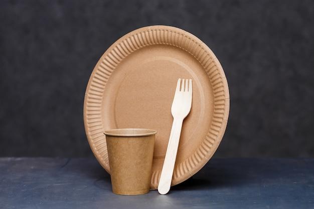 Piatti monouso in cartone realizzati con materiali ecocompatibili. non intasa la natura piatti ecologici, usa e getta, riciclabili, compostabili. bicchieri di carta per bere, piatti
