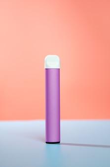 Sigaretta elettronica usa e getta con ombra su una parete blu e rosa il concetto di fumo moderno vaping e nicotina